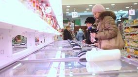 РОССИЯ, МОСКВА, 7-ое марта 2015, тучное приобретение женщины акции видеоматериалы