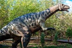 Россия, Москва - 29-ое сентября 2018: Огромный динозавр на предпосылке леса стоковые изображения rf
