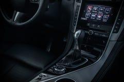 РОССИЯ, МОСКВА - 26-ОЕ ФЕВРАЛЯ 2017 Автомобиль седана INFINITI Q50 s, внутренний взгляд стоковое изображение rf
