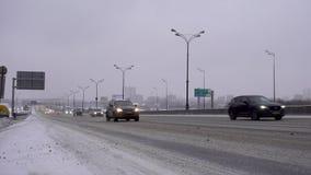 РОССИЯ, МОСКВА - 2-ое января 2018: Автомобили двигают вдоль покрытой снег дороги в снеге 4K редакционо акции видеоматериалы
