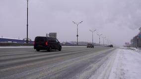 РОССИЯ, МОСКВА - 2-ое января 2018: Автомобили двигают вдоль покрытой снег дороги в снеге 4K редакционо сток-видео