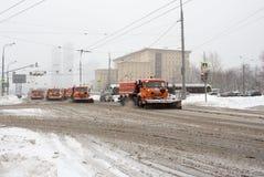 Россия, Москва, очищая после сильного снегопада Стоковые Изображения