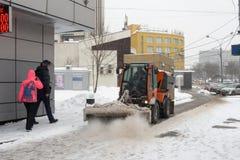 Россия, Москва, очищая после сильного снегопада Стоковое Фото