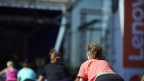 Россия, Новосибирск, 2016: Женщина делая сидения на корточках с штангой акции видеоматериалы