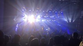 13 11 16 Россия, Новосибирск, диапазон концерта Bi-2, люди слушают к музыке в концертном зале стоя и пошатывая к акции видеоматериалы