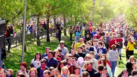 Россия, Новосибирск, 9 может 2015 девятое может праздник победы Занятый поток толпы людей 4K 3840x2160 видеоматериал