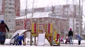 Россия, Новосибирск, 10-ое апреля 2015 Спортивная площадка детей в парке в предыдущей весне 4K 3840x2160 сток-видео