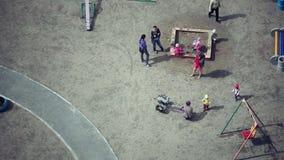 Россия, Новосибирск 14-ое марта 2015 Взгляд сверху красочной новой спортивной площадки для детей приближает к жилому дому сток-видео