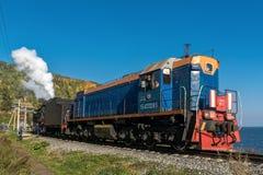 Россия, 15-ое сентября, туристский поезд едет на железной дороге Circum-Байкала Стоковые Фотографии RF