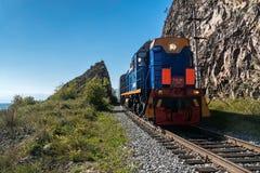 Россия, 15-ое сентября, туристский поезд едет на Circum-Байкале r Стоковое Изображение RF