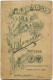 РОССИЯ - ОКОЛО 1897: задняя сторона времени пожелтетого antiquepostcard стоковое фото