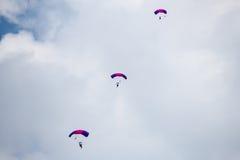 Россия, пермь, июнь 2014 Воинские парашютисты на крылах фестиваля Пармы - 2014 в перми на авиаполе Sokol Стоковое фото RF