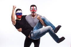 Россия против Англии на белой предпосылке Футбольные болельщики национальных команд празднуют, танцуют и scream Стоковое Изображение