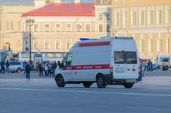 Россия Санкт-Петербург машина скорой помощи 2016 автомобиля падения едет к вид сзади зоны Стоковые Фото