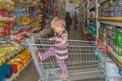 Россия, Санкт-Петербург, 11-ое августа 2017 - младенец в ходя по магазинам t Стоковое Изображение