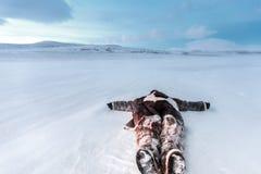 Россия, Сибирь, Yamal Лежать в человеке снега в одеждах Nenets теплых На холодной температуре Стоковое Фото
