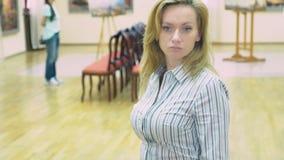 Россия, Сочи, 28-ое сентября 2018, музей изобразительных искусств города Сочи редакционо элегантная красивая женщина смотрит сток-видео