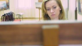Россия, Сочи, 28-ое сентября 2018, музей изобразительных искусств города Сочи редакционо элегантная красивая женщина смотрит акции видеоматериалы