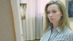 Россия, Сочи, 28-ое сентября 2018, музей изобразительных искусств города Сочи редакционо элегантная красивая женщина смотрит видеоматериал