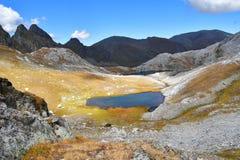Россия, Arkhyz Небольшое озеро на пропуске Mylgval трассы - пропуск Agur стоковая фотография