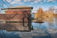 Россия, Balashov 14-ое апреля 2018 Sunken подводное свойство домов улицы загородки Затопленный во время потока весны реки Hoper стоковая фотография rf