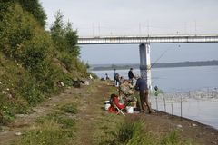 Россия - Berezniki - 18-ое августа 2017: Рыболовы на мосте стоковое изображение rf