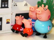 Россия, Izhevsk, 4-ое февраля 2018 Игрушка свиньи Peppa, жизнерадостная семья и их дом Стоковые Изображения
