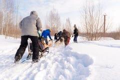 Россия kazan 14-ое февраля Выследите команду скелетона сибирских лайок вне mushing на снеге вытягивая скелетон который из рамки ч Стоковое Фото