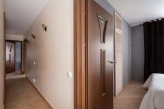 Россия, Nizhny Novgorod - 10-ое января 2018: Частная квартира Дизайн интерьера Взгляд коридора и спальни самомоднейше стоковая фотография