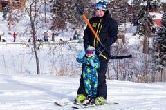 Россия, Sheregesh 2018 11 17 взрослые лыжник и ребенок в профессии стоковые фотографии rf