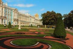 Россия, Tsarskoye Selo. Парк Катрина и дворец Катрина с молельней дворца. стоковая фотография