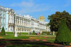 Россия, Tsarskoye Selo. Парк Катрина и дворец Катрина с часовней дворца. стоковые фотографии rf