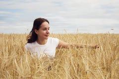 росток девушки поля Стоковая Фотография