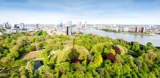 РОТТЕРДАМ, НИДЕРЛАНДЫ - 10-ое мая: Городской пейзаж от башни Euromast в Роттердаме, Нидерландах 10-ого мая 2015 Стоковая Фотография