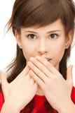 рот девушки над ладонями подростковыми стоковые фото