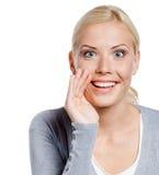 Рот заволакивания девушки говорит секреты Стоковое Изображение