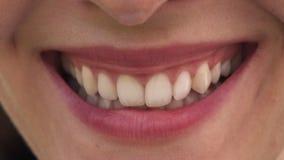 Рот конца-вверх женщины с красивыми губами и белым усмехаться зубов сток-видео