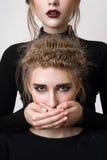 Рот красивой блондинкы заволакивания девушки брюнет Стоковая Фотография RF