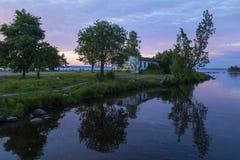 Рот реки к озеру в белых ночах стоковые фотографии rf