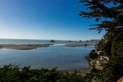 Рот русского реки к Тихий Океан от Jenner Калифорнии стоковая фотография rf