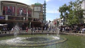 Роща, Лос-Анджелес, Калифорния, США - 6-ое апреля 2018 Прогулка людей около фонтана Лидирующие характеристики торгового центра сток-видео