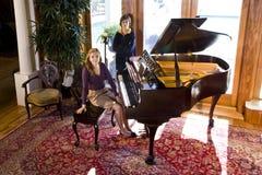 рояль девушки брата предназначенный для подростков стоковое изображение rf