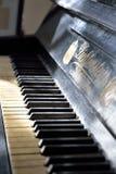 Рояль клавиатуры винтажный в Музе-имуществе художник-carica Стоковое Изображение RF