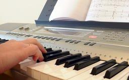 рояль клавиатуры руки Стоковая Фотография RF