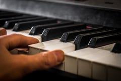 Рояль и руки пианиста Детали музыкального инструмента стоковые изображения rf