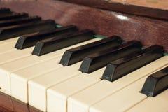Рояль клавиатуры, взгляд со стороны инструмента мюзикл аппаратуры Стоковые Фотографии RF