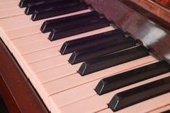 Рояль клавиатуры, взгляд со стороны инструмента мюзикл аппаратуры Стоковая Фотография
