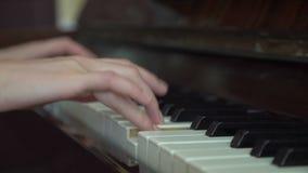 Рояль, пианист рук играя музыку сток-видео