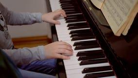 Рояль, пианист рук играя музыку видеоматериал