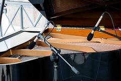 Рояль с открытой крышкой 2 микрофона над строками черноты Стоковая Фотография RF